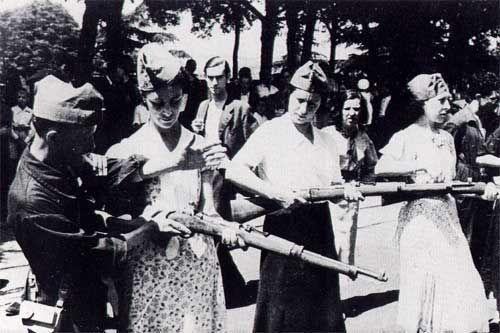 Milizionärinnen vor der Abfahrt zur Front (Foto von anarchismus.at)